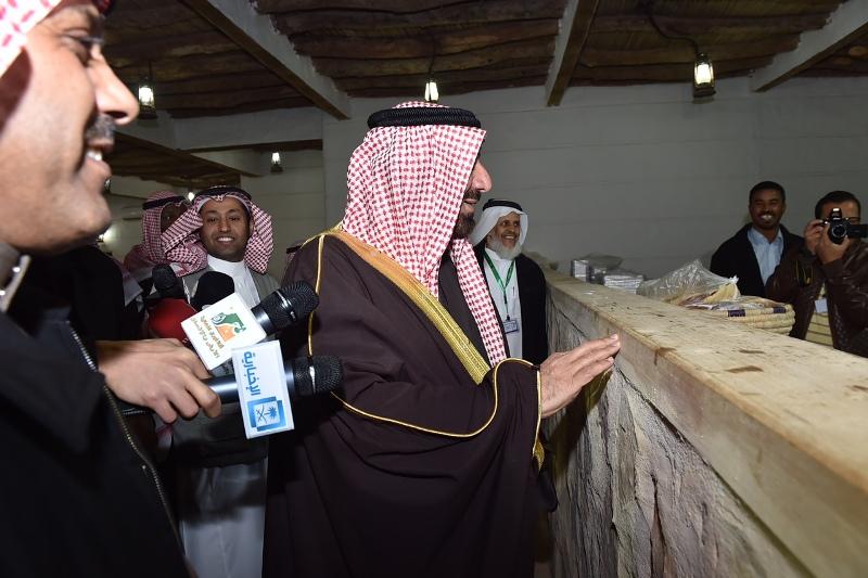 الأمير جلوي يشارك أهالي نجران  الرزفة ويتجول في القرية التراثية بالجنادرية (11)