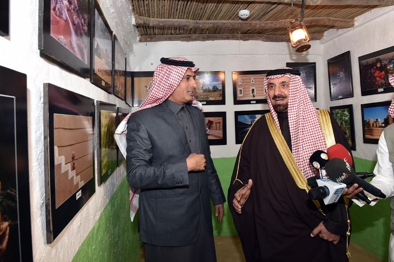 الأمير جلوي يشارك أهالي نجران  الرزفة ويتجول في القرية التراثية بالجنادرية (12)
