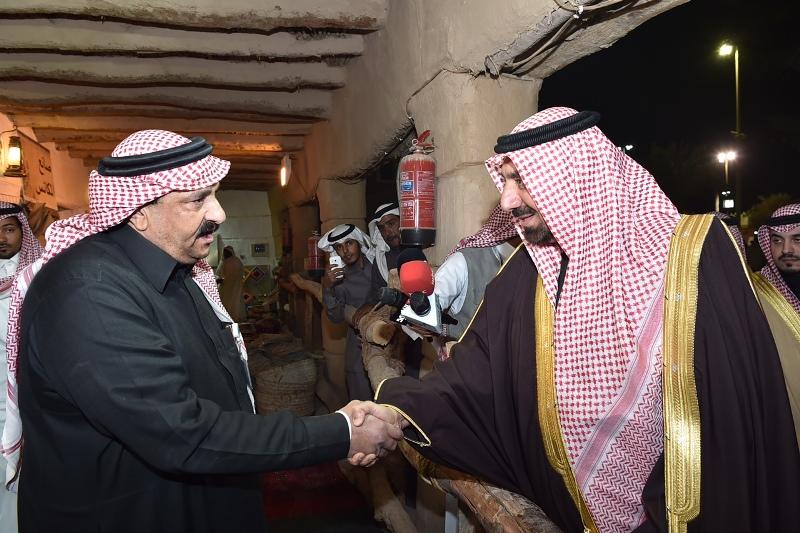 الأمير جلوي يشارك أهالي نجران  الرزفة ويتجول في القرية التراثية بالجنادرية (13)