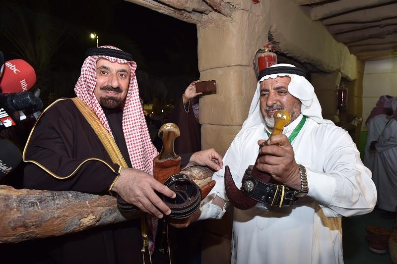 الأمير جلوي يشارك أهالي نجران  الرزفة ويتجول في القرية التراثية بالجنادرية (14)