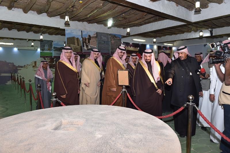 الأمير جلوي يشارك أهالي نجران  الرزفة ويتجول في القرية التراثية بالجنادرية (4)