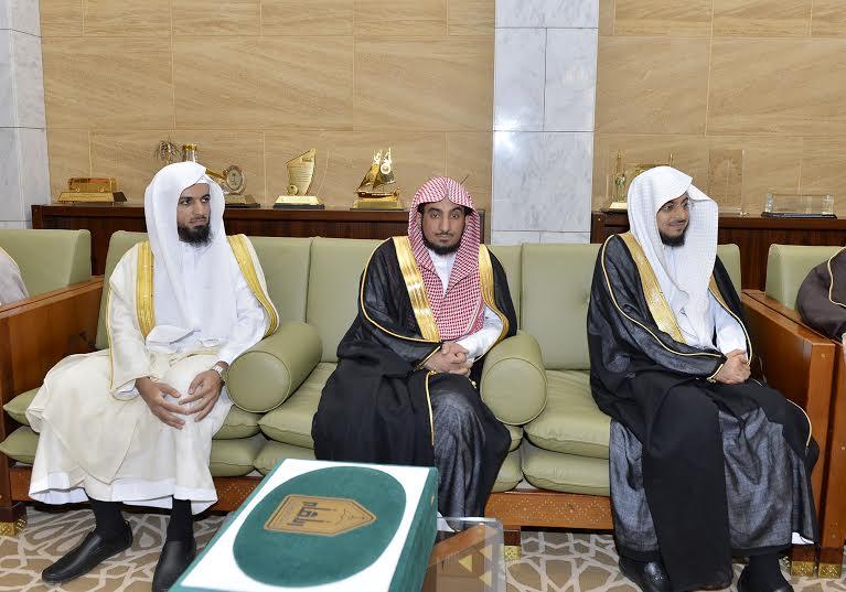 الأمير فيصل بن بندر يستقبل مدير جامعة الأمام المكلف وعميد المعهد العالي للقضاء3