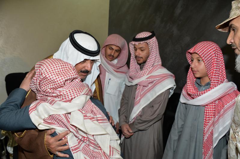 الأمير متعب يعزي أسرة شهيد أبو حميد1