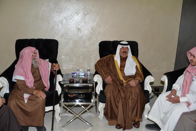 الأمير متعب يعزي أسرة شهيد أبو حميد2