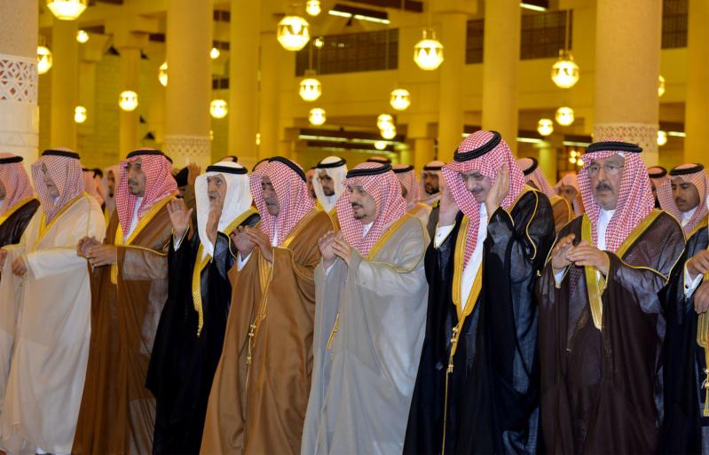 الأمير مقرن بن عبدالعزيز وسمو أمير منطقة الرياض يؤديان صلاة الميت على الأميرة لولوة بنت سعود (1) 