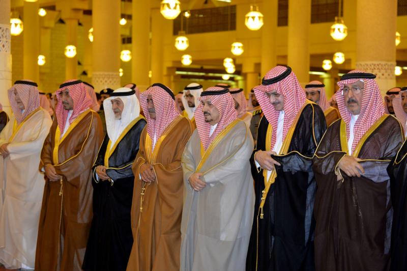 الأمير مقرن بن عبدالعزيز وسمو أمير منطقة الرياض يؤديان صلاة الميت على الأميرة لولوة بنت سعود (167599749) 