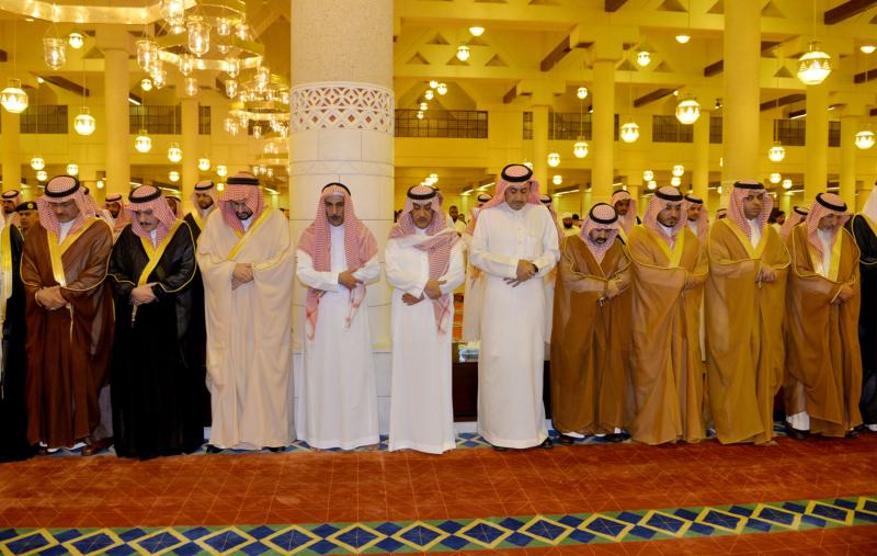 الأمير مقرن بن عبدالعزيز وسمو أمير منطقة الرياض يؤديان صلاة الميت على الأميرة لولوة بنت سعود (167599750) 