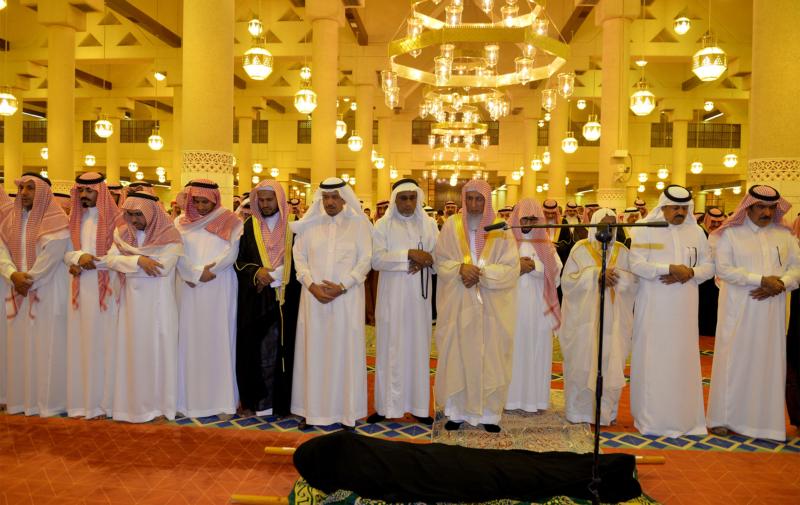 الأمير مقرن بن عبدالعزيز وسمو أمير منطقة الرياض يؤديان صلاة الميت على الأميرة لولوة بنت سعود (167599751) 