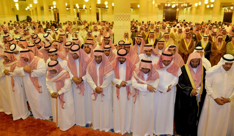 الأمير مقرن بن عبدالعزيز وسمو أمير منطقة الرياض يؤديان صلاة الميت على الأميرة لولوة بنت سعود (167599752) 