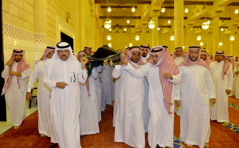 الأمير مقرن بن عبدالعزيز وسمو أمير منطقة الرياض يؤديان صلاة الميت على الأميرة لولوة بنت سعود (167599753) 