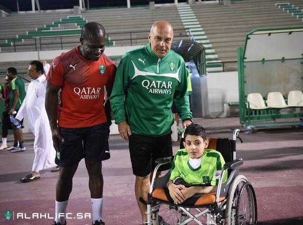الأهلي يعود للتدريبات ولافتة رائعة للاعبين مع طفل مريض (1)