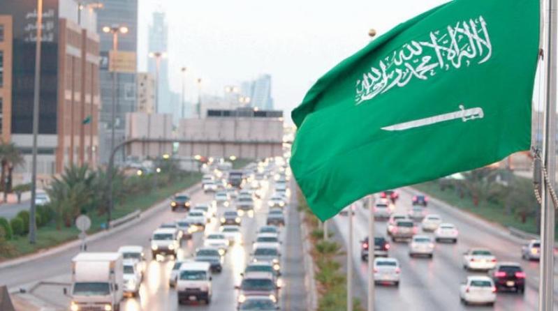 تمديد الملك سلمان للمبادرات الحكومية يحمي السعوديين ويدعم القطاع الخاص