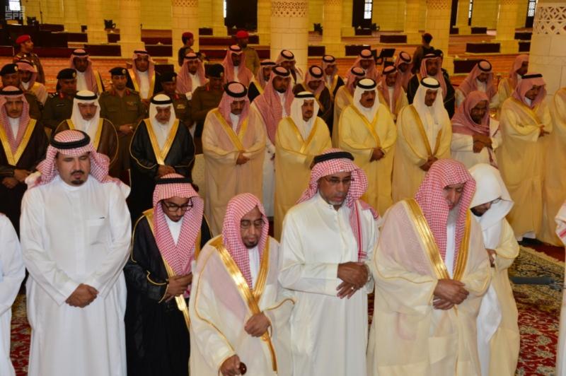 -أحمد-بن-عبدالعزيز-يؤدي-صلاة-الميت-على-صاحبة-السمو-الملكي-الاميرة-نوف-بنت-بدر1