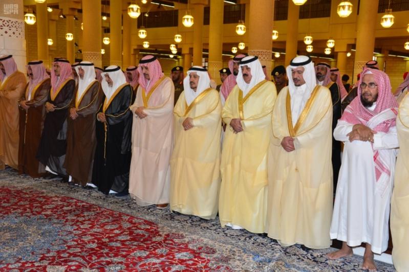 -أحمد-بن-عبدالعزيز-يؤدي-صلاة-الميت-على-صاحبة-السمو-الملكي-الاميرة-نوف-بنت-بدر3