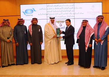 الامير سلطان يسلم الرفاعي وسام الملك عبدالعزيز بحضور عدد من مسئولي الهيئة