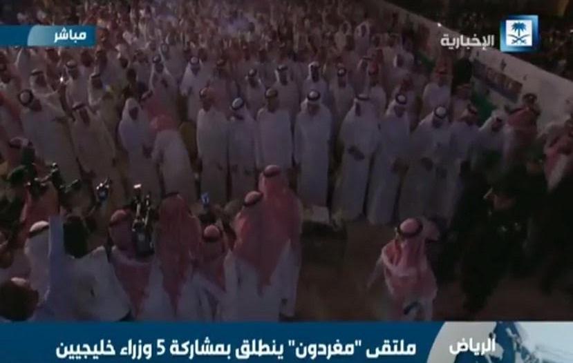 بالفيديو.. لحظة دخول #محمد_بن_سلمان ملتقى #مغردون