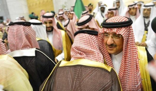 شاهد بالصور .. السعوديون يتوافدون إلى قصر الحكم لمبايعة محمد بن نايف ومحمد بن سلمان
