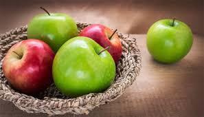 احترسي.. تناول التفاح والفراولة الملوثة يؤخر الحمل - المواطن