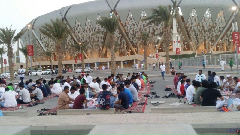 الجماهير السعودية تتناول الافطار ملعب الجوهرة