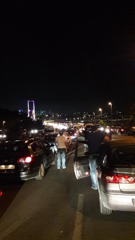 الجيش التركي يغلق جسر البوسفور (1)