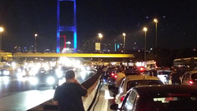 الجيش التركي يغلق جسر البوسفور (338251605) 