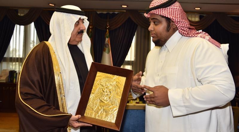 الحربي ينقش الملك عبدالله وابنه متعب على النحاس  (1)
