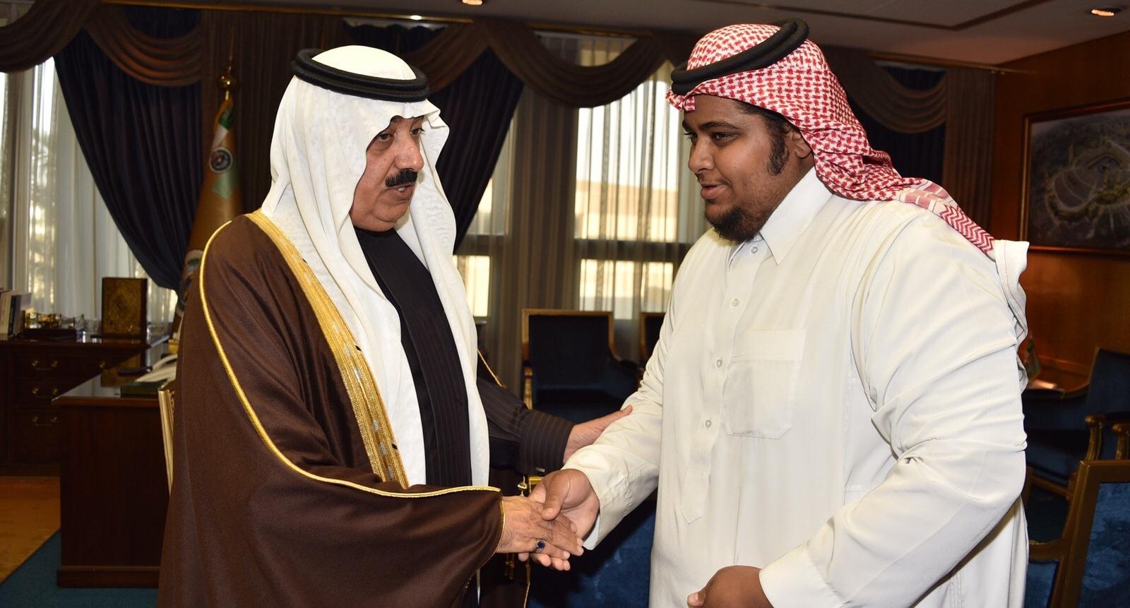 الحربي ينقش الملك عبدالله وابنه متعب على النحاس (2)