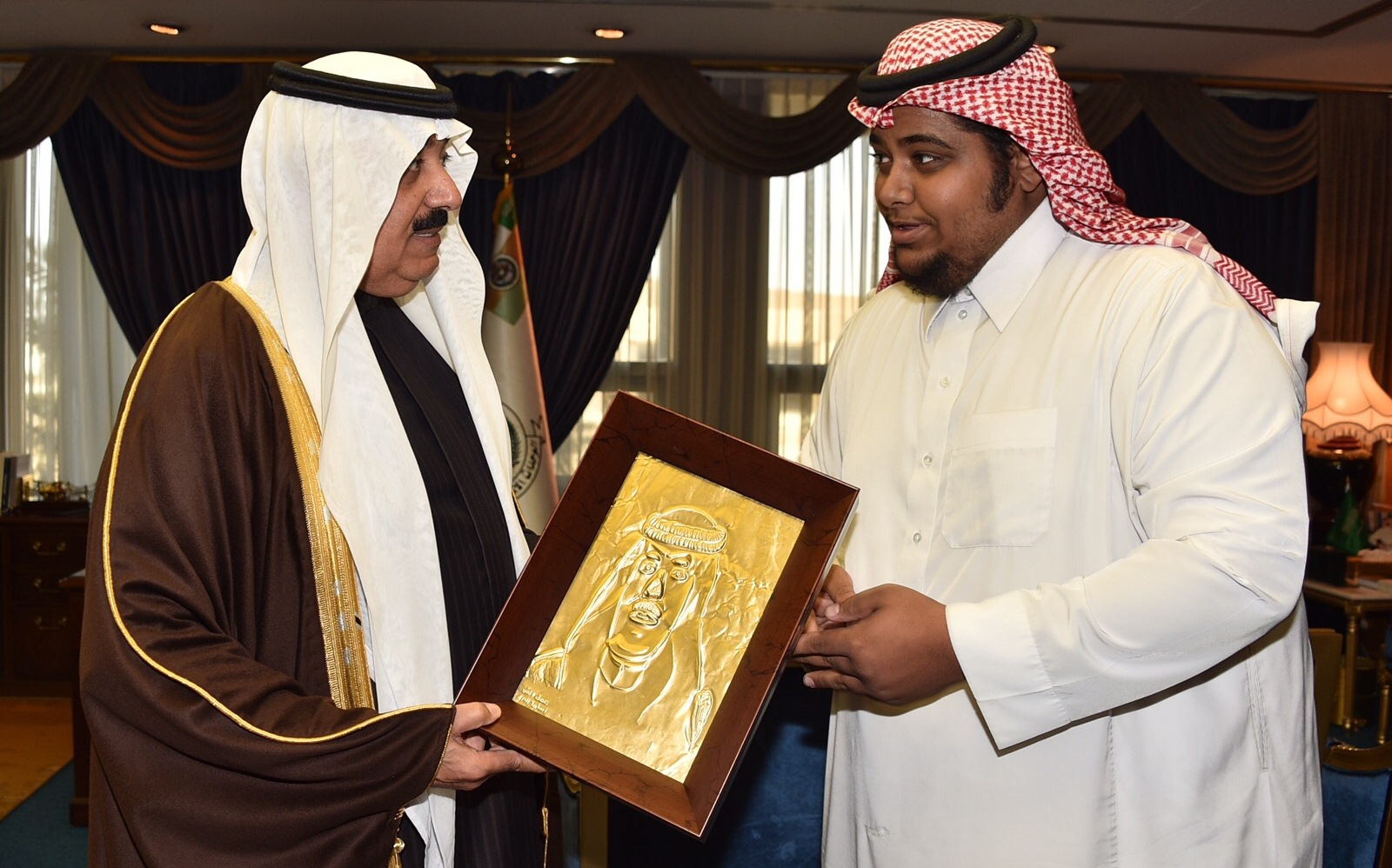 الحربي ينقش الملك عبدالله وابنه متعب على النحاس (4)