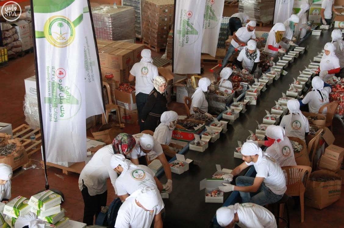 الحملة الوطنية السعودية تواصل توزيع وجبات إفطار الصائم و الطرود الغذائية الرمضانية على اللاجئين السوريين (2)