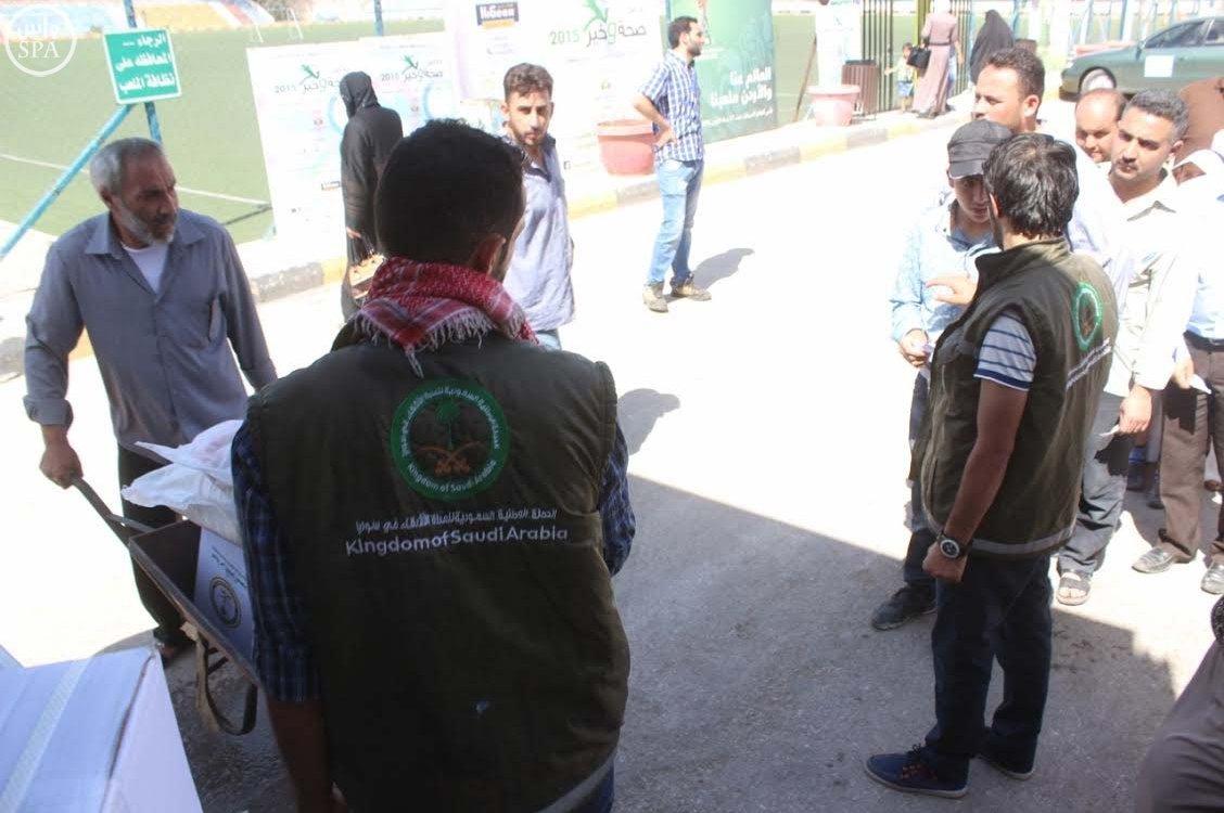 الحملة الوطنية السعودية تواصل توزيع وجبات إفطار الصائم و الطرود الغذائية الرمضانية على اللاجئين السوريين (6)