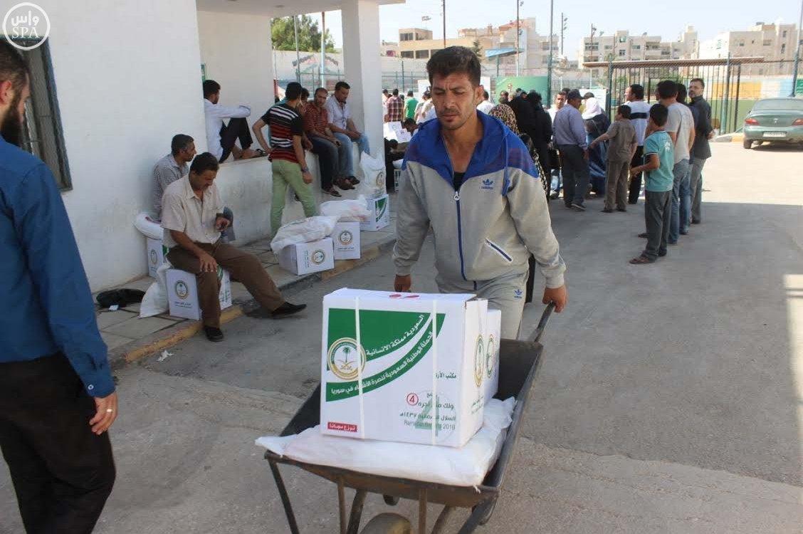 الحملة الوطنية السعودية تواصل توزيع وجبات إفطار الصائم و الطرود الغذائية الرمضانية على اللاجئين السوريين (7)