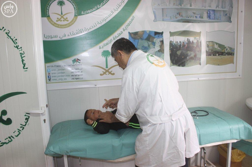 الحملة الوطنية توفر 117 لقاحاً للاجئين السوريين بمخيم الزعتري (3)