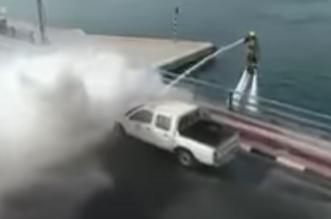 شاهد.. الدفاع المدني بدبي يبدع في إطفاء حريق سيارة - المواطن