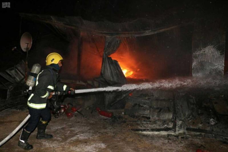 الدفاع المدني بمكة المكرمة يسيطر على حريق في فناء مخصص لسكن العمال