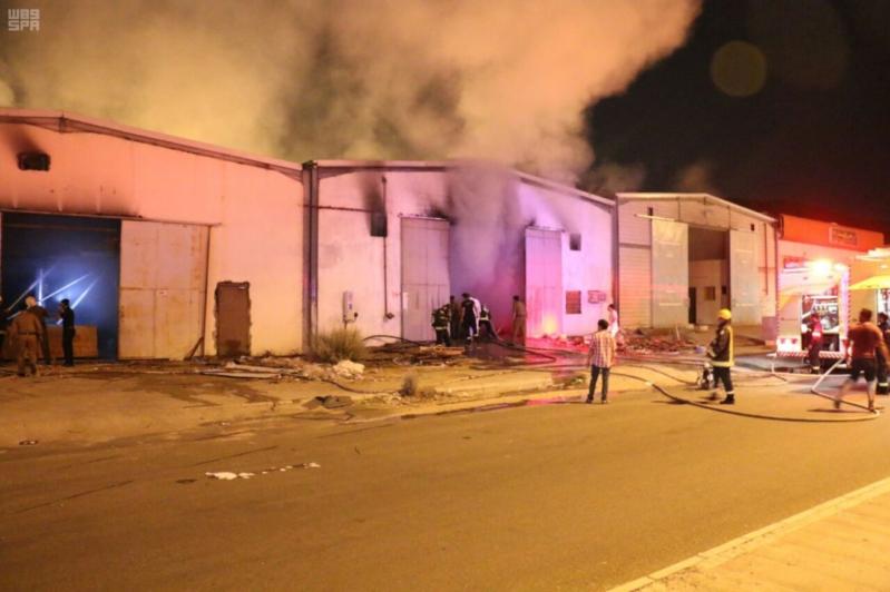 الدفاع المدني بمكة يسيطر على حريق في مستودع
