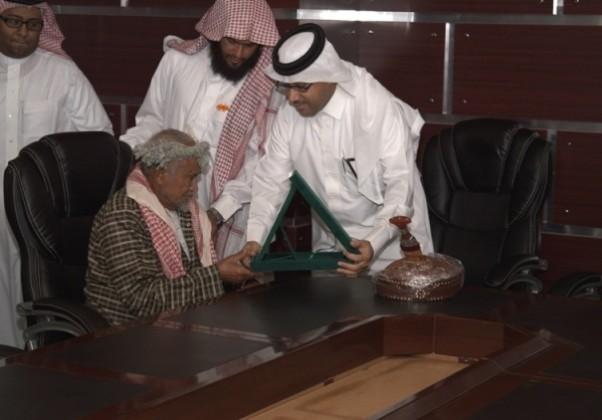 الدكتور القاضي يسلم المالكي درعا بمناسبة تميز حفيده (2)