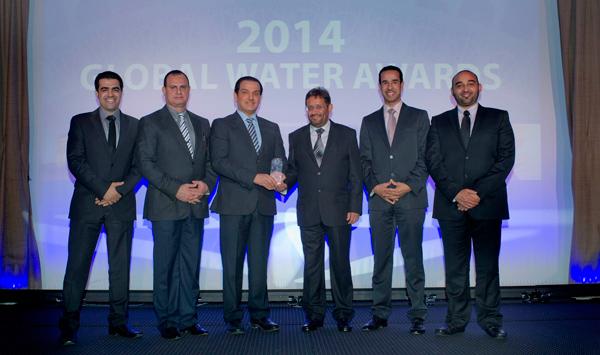 الدكتور المسلم والمهندس الحقباني وأعضاء الفريق التنفيذي لشركة المياه الوطنية خلال استلام الجائزة
