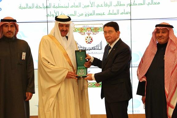 الملك يمنح الرفاعي وسام المؤسس لدعمه الجهود السياحية بالمملكة