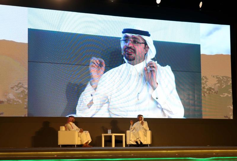 الدكتور عبدالله المغلوث متحدثاً على مسرح حكايا