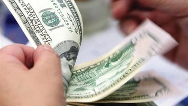 الدولار يتراجع لأدنى مستوياته في 30 شهرًا