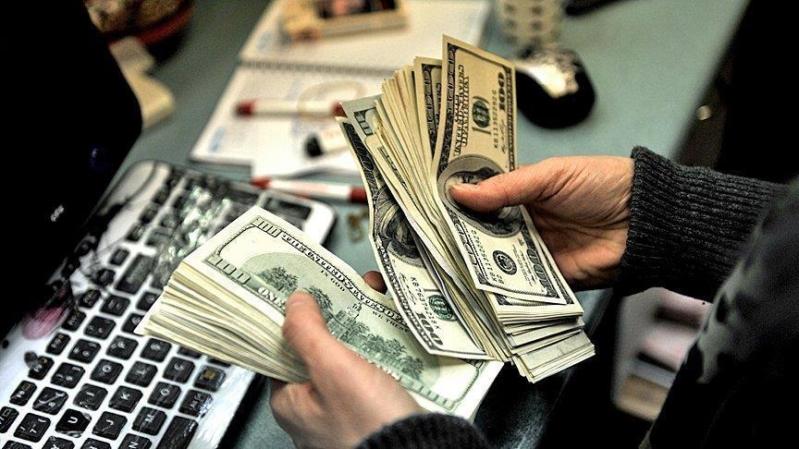 سعر الدولار يتراجع عن ذروة شهرين