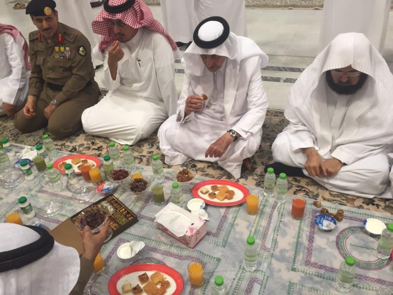 الد الفيصل يتناول الإفطار مع مسؤولي الحرم (1) 