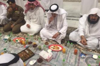 بالصور.. خالد الفيصل يتناول اﻹِفْطار مع مسؤولي الحرم - المواطن