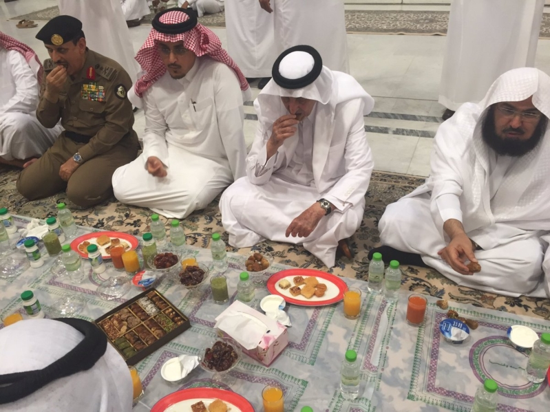 الد الفيصل يتناول الإفطار مع مسؤولي الحرم  (280153565) 