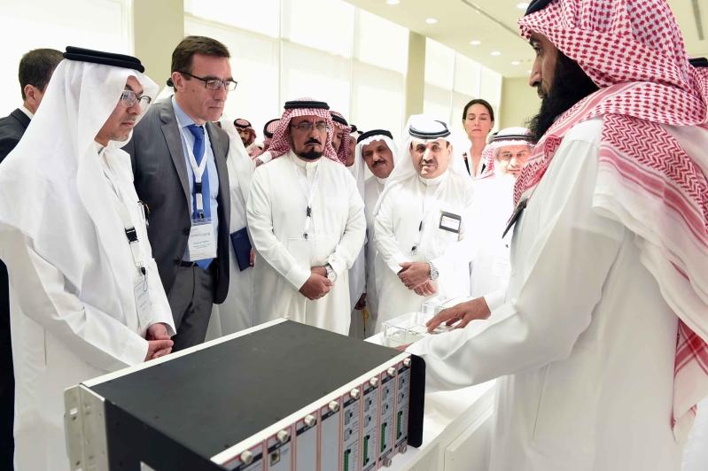 الرئيس التنفيذي ورئيس شركة EDF أثناء تجولهم في معرض ابتكارات منسوبي التوزيع بالشركة السعودية للكهرباء