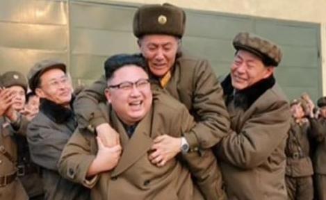 """بالصور.. الرجل الغامض الذي قفز على ظهر """"ديكتاتور"""" كوريا!"""