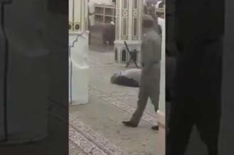 بالفيديو.. وفاة مسؤول من دولة عربية بالروضة الشريفة في المسجد النبوي - المواطن