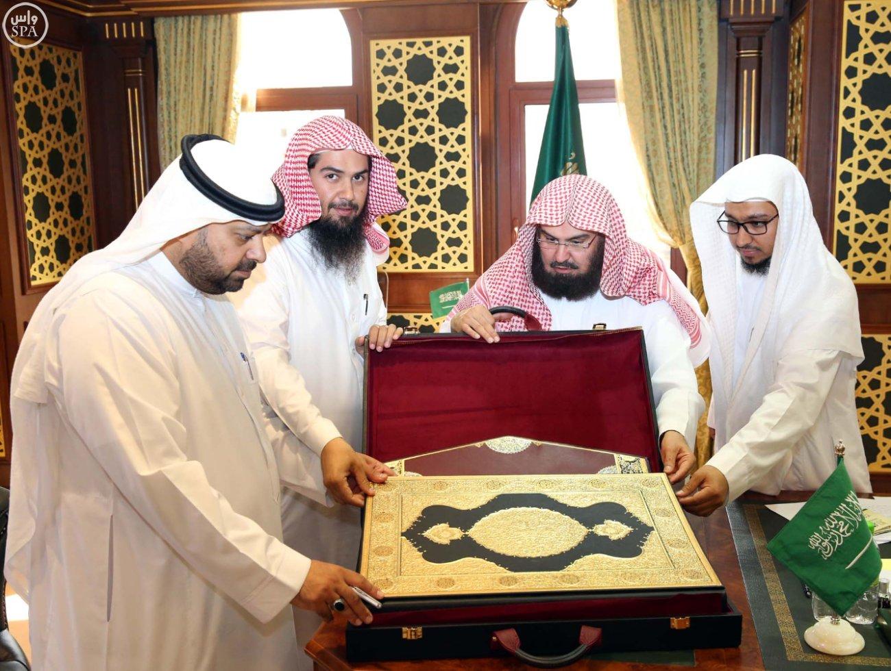 السديس نسخة نادرة من المصحف لمكتبة المسجد النبوي (2)
