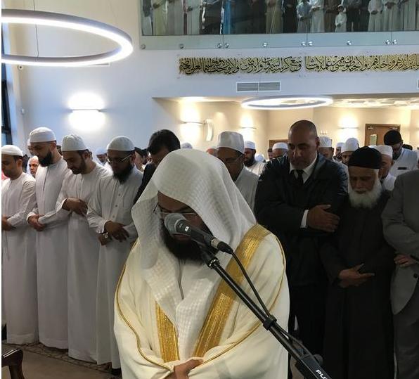 السديس يفتتح مسجداً ومدرسة ويؤم المصلين في بريطانيا (1)