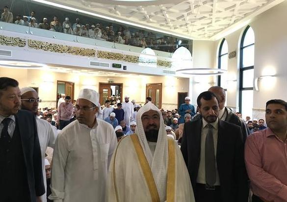 السديس يفتتح مسجداً ومدرسة ويؤم المصلين في بريطانيا (3)